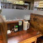 たーめん萬楽 空港通店のカウンターと厨房の間に仕切りを入れました